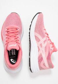 ASICS - GEL-EXCITE 6 TWIST - Obuwie do biegania treningowe - peach petal/white - 1