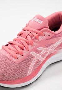 ASICS - GEL-EXCITE 6 TWIST - Obuwie do biegania treningowe - peach petal/white - 5