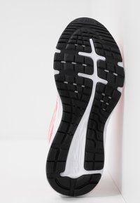 ASICS - GEL-EXCITE 6 TWIST - Obuwie do biegania treningowe - peach petal/white - 4