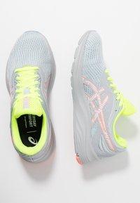ASICS - GEL-PULSE 11 LS - Obuwie do biegania treningowe - piedmont grey/sun coral - 1