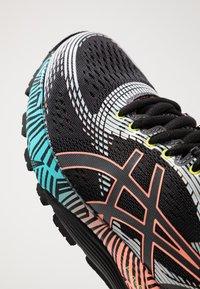 ASICS - GEL-NIMBUS 21 - Obuwie do biegania treningowe - black/sun coral - 5