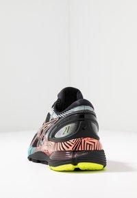 ASICS - GEL-NIMBUS 21 - Obuwie do biegania treningowe - black/sun coral - 3
