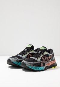 ASICS - GEL-NIMBUS 21 - Obuwie do biegania treningowe - black/sun coral - 2