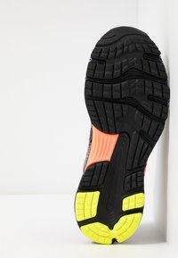 ASICS - GEL-NIMBUS 21 - Obuwie do biegania treningowe - black/sun coral - 4