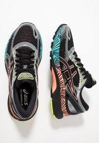 ASICS - GEL-NIMBUS 21 - Obuwie do biegania treningowe - black/sun coral - 1