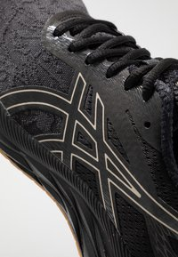 ASICS - GEL-EXCITE 6 WINTERIZED - Zapatillas de running neutras - black/putty - 5