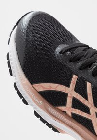 ASICS - GEL-KAYANO 26 - Obuwie do biegania treningowe - black/rose gold - 5