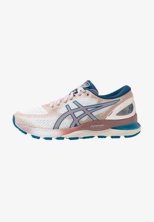 GEL-NIMBUS 21 SPS - Obuwie do biegania treningowe - white/violet blush