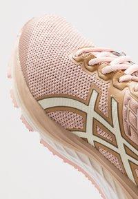 ASICS - GEL CUMULUS 21 - Obuwie do biegania treningowe - dusty steppe/birch - 5