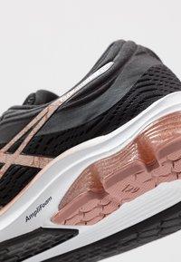 ASICS - GEL-PULSE 11 - Zapatillas de running neutras - black/rose gold - 5