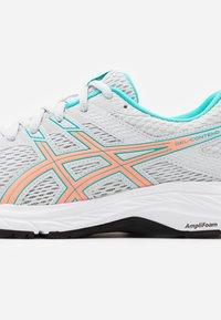 ASICS - GEL-CONTEND 6 - Zapatillas de running neutras - polar shade/sun coral - 5