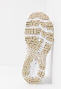 ASICS - GEL-KAYANO 26 - RETRO TOKYO - Zapatillas de running estables - white/classic red - 4