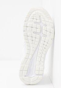 ASICS - GEL-EXCITE 7 TWIST - Obuwie do biegania treningowe - white - 4
