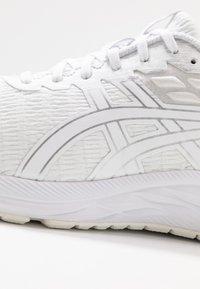 ASICS - GEL-EXCITE 7 TWIST - Obuwie do biegania treningowe - white - 5