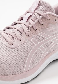 ASICS - GEL-EXCITE 7 TWIST - Neutral running shoes - watershed rose/white - 5
