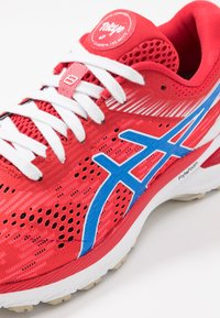 ASICS - GT-2000 8 - RETRO TOKYO - Chaussures de running stables - classic red/electric blue - 5