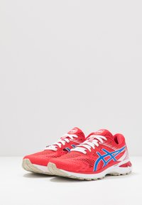 ASICS - GT-2000 8 - RETRO TOKYO - Chaussures de running stables - classic red/electric blue