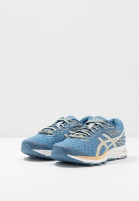 ASICS - GEL-CUMULUS 21 THE NEW STRONG - Obuwie do biegania treningowe - grey floss/champagne - 2