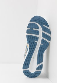 ASICS - GEL-CUMULUS 21 THE NEW STRONG - Obuwie do biegania treningowe - grey floss/champagne - 4