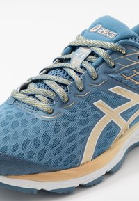 ASICS - GEL-CUMULUS 21 THE NEW STRONG - Obuwie do biegania treningowe - grey floss/champagne - 6