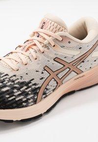 ASICS - DYNAFLYTE 4 - Obuwie do biegania treningowe - cozy pink/rose gold - 5