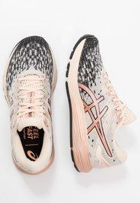 ASICS - DYNAFLYTE 4 - Obuwie do biegania treningowe - cozy pink/rose gold - 1