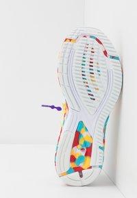 ASICS - GEL-NOOSA TRI 12 - Závodní běžecké boty - white/classic red - 4