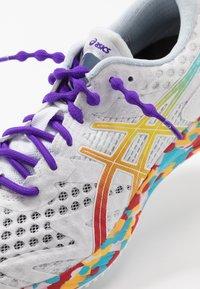 ASICS - GEL-NOOSA TRI 12 - Závodní běžecké boty - white/classic red - 6