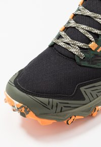ASICS - GEL-FUJITRABUCO 8 - Chaussures de running - mantle green/black - 5
