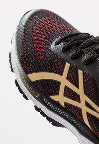 ASICS - GEL-KAYANO 26 - LUCKY - Stabilní běžecké boty - black/pure gold - 7