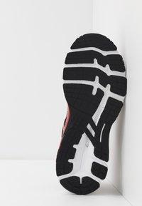 ASICS - GEL-KAYANO 26 - LUCKY - Stabilní běžecké boty - black/pure gold - 4