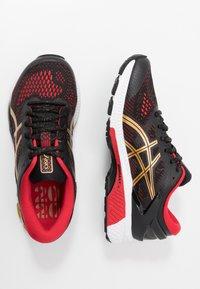 ASICS - GEL-KAYANO 26 - LUCKY - Stabilní běžecké boty - black/pure gold - 1
