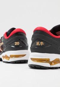 ASICS - GEL-KAYANO 26 - LUCKY - Stabilní běžecké boty - black/pure gold - 5