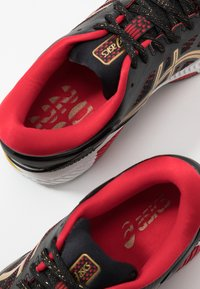 ASICS - GEL-KAYANO 26 - LUCKY - Stabilní běžecké boty - black/pure gold - 6