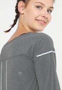 ASICS - LITE-SHOW COVER UP - Sportshirt - dark grey heather - 3