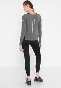 ASICS - LITE-SHOW COVER UP - Sportshirt - dark grey heather - 2