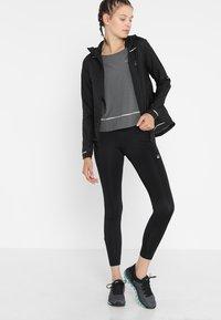 ASICS - LITE-SHOW COVER UP - Sportshirt - dark grey heather - 1