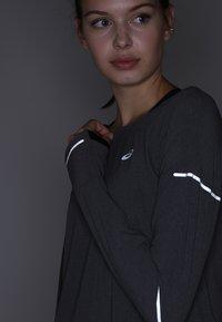 ASICS - LITE-SHOW COVER UP - Sportshirt - dark grey heather - 4