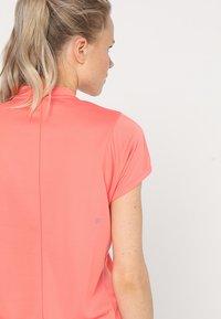 ASICS - PRACTICE  - Print T-shirt - papaya - 5