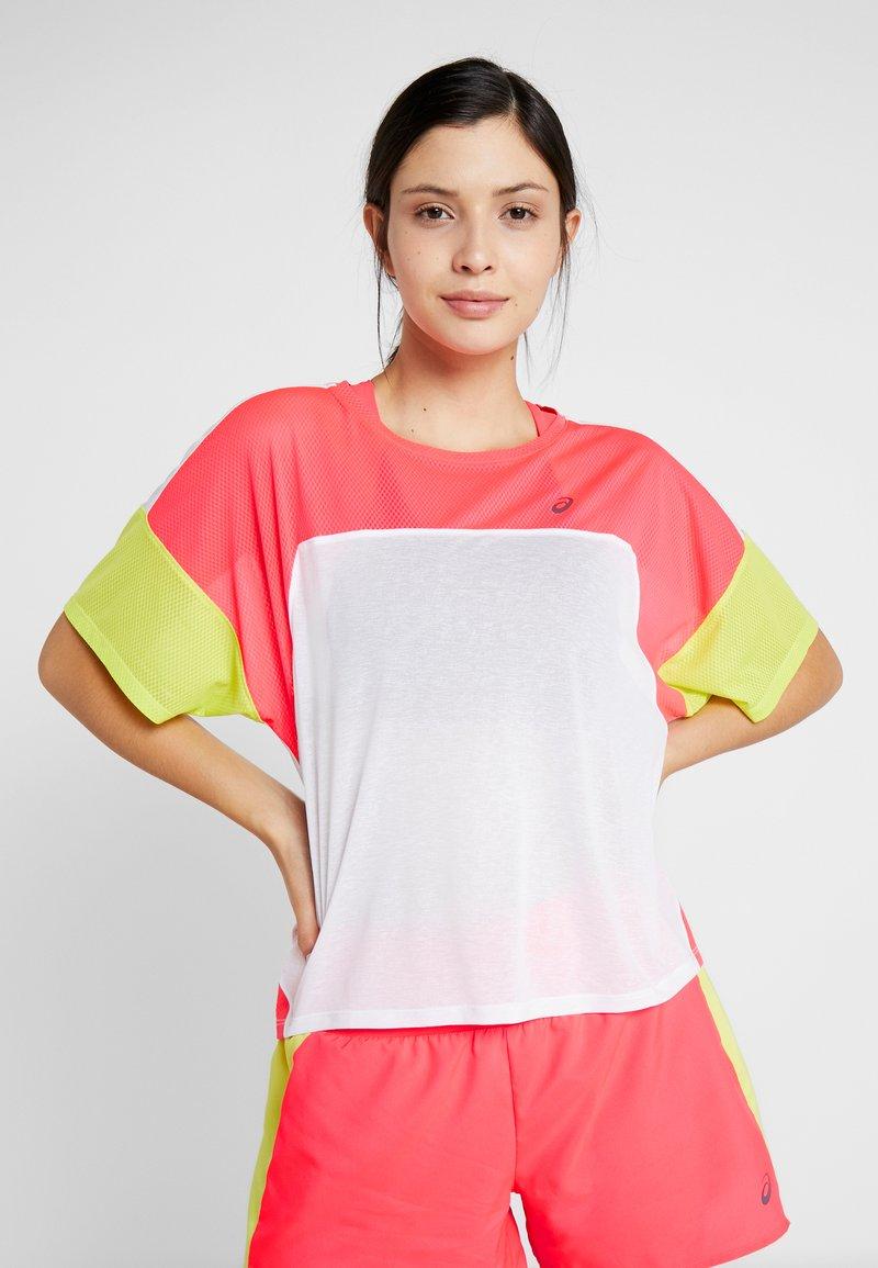 ASICS - STYLE  - T-shirt med print - brilliant white/laser pink