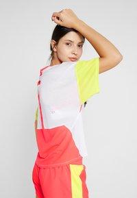ASICS - STYLE  - T-shirt med print - brilliant white/laser pink - 2