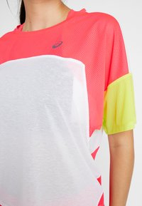 ASICS - STYLE  - T-shirt med print - brilliant white/laser pink - 5