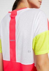 ASICS - STYLE  - T-shirt med print - brilliant white/laser pink - 3
