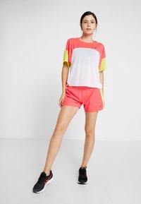 ASICS - STYLE  - T-shirt med print - brilliant white/laser pink - 1