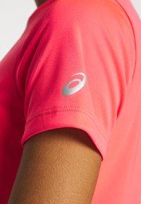 ASICS - PRACTICE GPX TEE - T-shirt z nadrukiem - diva pink - 5