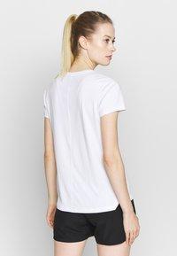 ASICS - T-shirt med print - brilliant white/performance black - 2