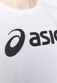 ASICS - T-shirt med print - brilliant white/performance black - 5