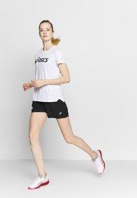 ASICS - T-shirt med print - brilliant white/performance black - 1