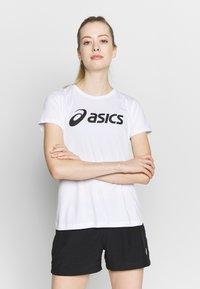 ASICS - T-shirt med print - brilliant white/performance black - 0