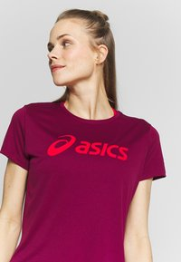 ASICS - T-shirt print - dried berry/classic red - 4